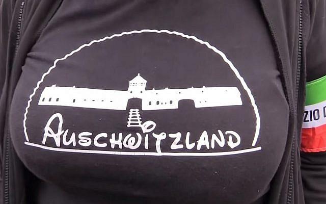 """Selene Ticchi, une militante au sein du mouvement néo-fasciste Forza Nuova porte un t-shirt """"Auschwitzland"""" durant un rassemblement à Predappio, le 28 octobre 2018. (Crédit : capture d'écran YouTube)"""