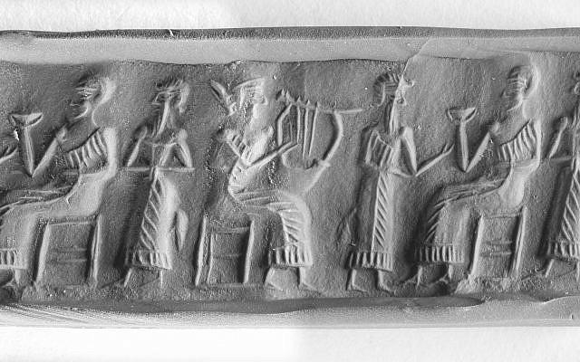 Une déesse protectrice présente un adorateur devant un roi assis sur un trône, Mésopotamie, 21e siècle avant notre ère, l'un des objets prêtés au musée de l'Université du Sichuan pour une exposition en automne 2018 (Crédit : avec l'aimable autorisation du Bible Lands Museum Jerusalem)