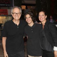 Le réalisateur Avi Nesher (à gauche), avec son fils Ari et sa femme Iris. Ari Nesher, 17 ans, est décédé jeudi 27 septembre, après avoir été grièvement blessé dans un accident de la route, le lundi 24 septembre 2018 (avec la permission de Rafi Delouya)