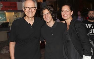 Le réalisateur Avi Nesher (à gauche), avec son fils Ari et sa femme Iris. Ari Nesher, 17 ans, est décédé jeudi 27 septembre, après avoir été grièvement blessé dans un accident de la foudre, le lundi 24 septembre 2018 (avec la permission de Rafi Delouya)