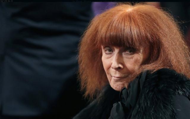 La créatrice de mode française Sonia Rykiel assiste à une cérémonie à Paris, le 26 novembre 2013. (Christian Hartmann, Pool via AP)