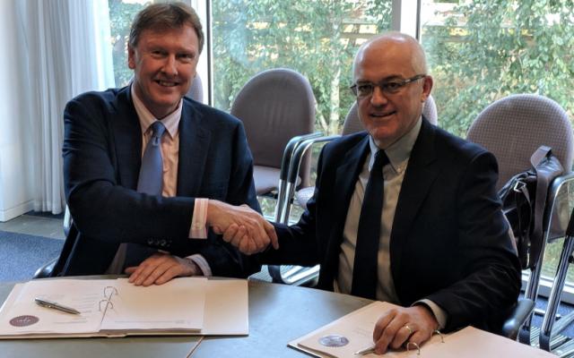 Martin Fausset, PDG d'Elbit Systems UK, à gauche, avec Stephen Woodger, du ministère de la Défense du Royaume-Uni lors de la signature de l'accord (Elbit Systems UK)