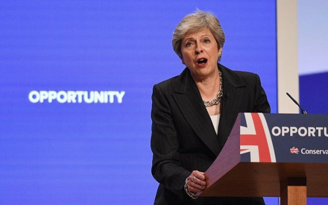 La Première ministre britannique Theresa May a prononcé son discours principal le quatrième et dernier jour de la Conférence du Parti conservateur 2018 à Birmingham, au centre de l'Angleterre, le 3 octobre 2018. (AFP Photo / Oli Scarff)