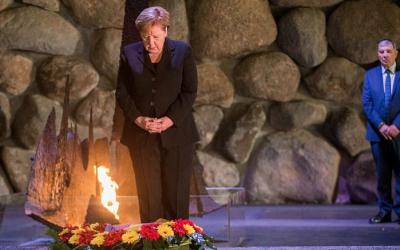 La chancelière allemande Angela Merkel dépose une couronne de fleurs lors d'une cérémonie dans le Hall du Souvenir au mémorial de Yad Vashem à Jérusalem le 4 octobre 2018 (Oren Ben Hakoon / POOL)