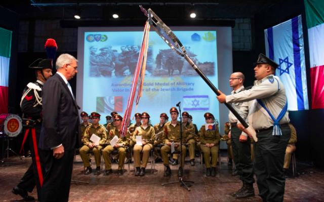 L'ambassadeur d'Italie en Israël, Gianluigi Benedetti, remet la médaille d'or de la vaillance militaire à la 7e brigade blindée de l'armée israélienne le 3 octobre 2018. (Crédit : armée israélienne)