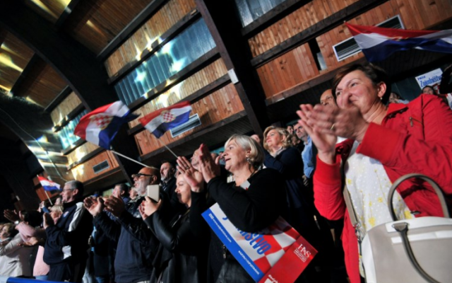 Sur cette photo prise le 28 septembre 2018, les partisans croates de Bosnie du HDZ, l'Union démocratique croate, le parti politique le plus influent parmi les Croates de Bosnie, applaudissent lors d'un rassemblement pré-électoral dans la ville de Livno, dans le nord-ouest de la Bosnie. (Photo AFP / Elvis Barukcic)
