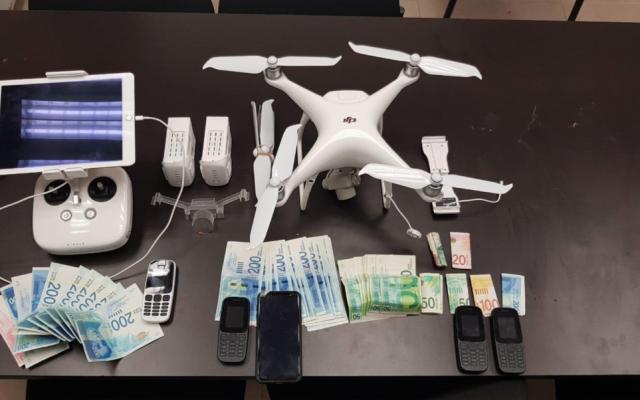 Un drone, de l'argent et des téléphones portables saisis lors d'une tentative d'infiltration dans une prison du sud d'Israël (unité du porte-parole de la police)