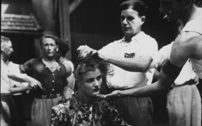 Tonte d'une Française le 29 août 1944 près de Montélimar. La tonte forcée des femmes qui avaient eu des rapports sexuels avec les soldats allemands pendant la Seconde Guerre mondiale (Crédit : Domaine public)