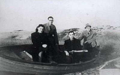 Des Juifs danois arrivent en Suède après avoir été sortis du pays par la résistance danoise, le 6 octobre 1943 (Crédit : Wikimedia Commons – domaine public)