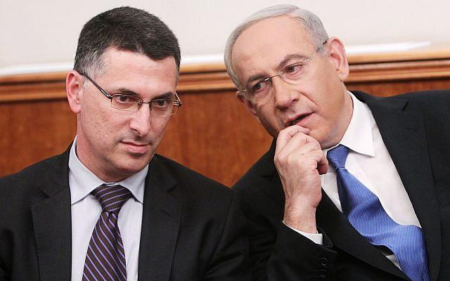 Le Premier ministre Benjamin Netanyahu et le ministre de l'Éducation Gideon Saar (à gauche) assistent à une cérémonie de remise des prix organisée par la Fondation Trump, au bureau de Netanyahu à Jérusalem, le 25 décembre 2012. (Crédit : Miriam Alster/Flash90)