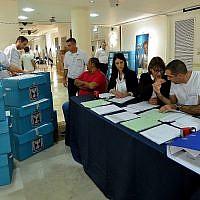 Les urnes contenant les bulletins de vote des élections municipales du pays sont déposées au siège de la Commission électorale centrale pour le dépouillement, le 22 octobre 2013. (Yossi Zeliger/FLASH90)