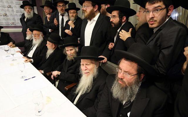 Les factions de la communauté ultra-orthodoxe - le Conseil des Sages de la Torah de Shas, les Hassidic Agudat Yisrael et les Lituaniens Degel Hatorah - se retrouvent à Bnei Brak avant une manifestation contre le projet de loi militaire, 24 Février, 2014. (FLASH90)