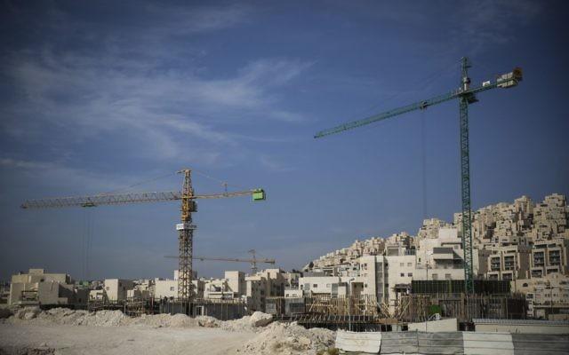 Illustration: construction de nouveaux immeubles d'habitation dans le quartier Har Homa de Jérusalem-Est, le 28 octobre 2014. (Hadas Parush/Flash90)