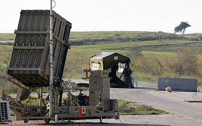 Une batterie antimissiles Dôme de fer près de la ville de Beer Sheva, dans le sud d'Israël, le 27 décembre 2014. (Flash90)