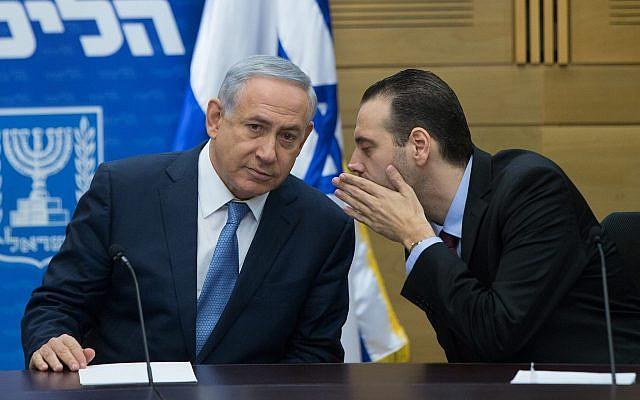 Le Premier ministre Benjamin Netanyahu (G) avec le député Miki Zohar lors d'une réunion de faction du Likud à la Knesset, le 7 décembre 2015. (Yonatan Sindel/Flash90)