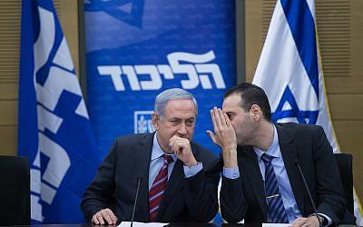 Le Premier ministre Benjamin Netanyahu, à gauche , avec le député Miki Zohar durant un meeting du Likud à la Knesset, le 25 janvier 2016. (Crédit : Yonatan Sindel/Flash90)