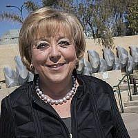 Miriam Feirberg-Ikar, maire de Netanya, pose pour une photo dans une rue de Netanya, le 6 mars 2017. (Crédit : Nati Shohat/Flash90)