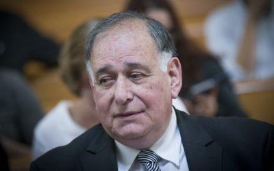 Le maire de Haïfa, Yona Yahav, vu à la Cour suprême de Jérusalem alors qu'il arrive pour une audience sur la fermeture du réservoir d'ammoniac à Haïfa, le 4 avril 2017. (Crédit : Yonatan Sindel/Flash90)