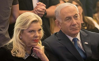 Le Premier ministre Benjamin Netanyahu, à droite, et son épouse Sara à Jérusalem, le 16 mai 2018 (Crédit : Yonatan Sindel/Flash90)