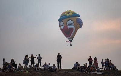 Illustration : des Israéliens assistent au festival annuel des montgolfières, au parc national Harod Spring, dans la région de Gilboa, au nord d'Israël, le 3 août 2018. (Crédit : Hadas Parush/Flash90)