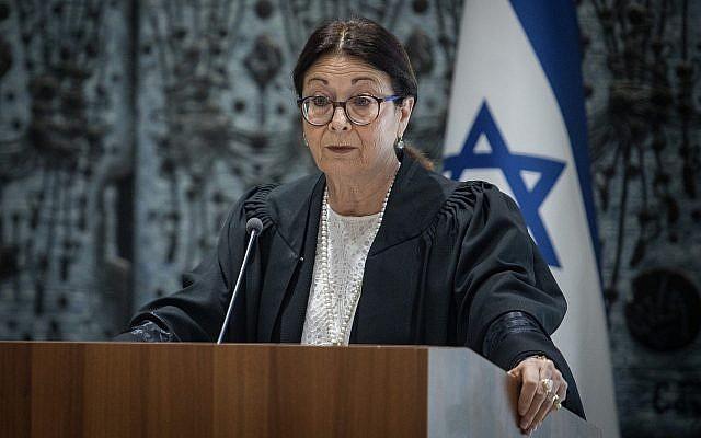 La présidente de la Cour suprême Esther Hayut prend la parole lors d'une cérémonie de prestation de serment pour un nouveau juge de la Cour suprême à la résidence du président à Jérusalem, le 9 août 2018. (Crédit : Hadas Parush/Flash90)