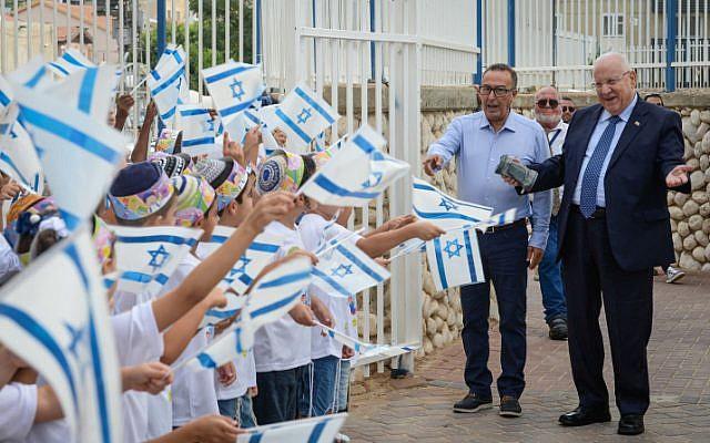 """Le président Reuven Rivlin rend visite aux élèves de l'école religieuse  """"Noam Eliyahu"""" à Netivot, dans le sud d'Israël, le jour de la rentrée, le 2 septembre 2018 (Crédit : Mark Neyman/GPO)"""