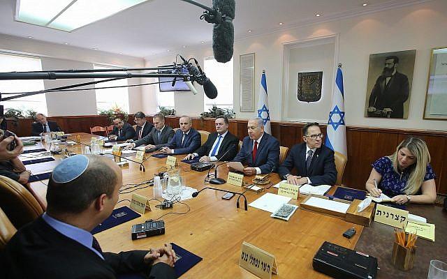 Le Premier ministre Benjamin Netanyahu dirige la réunion hebdomadaire du cabinet dans son bureau à Jérusalem le 16 septembre 2018 ( Crédit : Marc Israel Sellem/Pool/Flash90 )