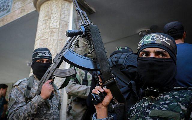 Les combattants du groupe terroriste du Hamas lors de funérailles d'un Palestinien de 21 ans mort la veille lors d'affrontements avec les troupes israéliennes, à Gaza City , le 25 septembre 2018 (Crédit : Abed Rahim Khatib/Flash90)