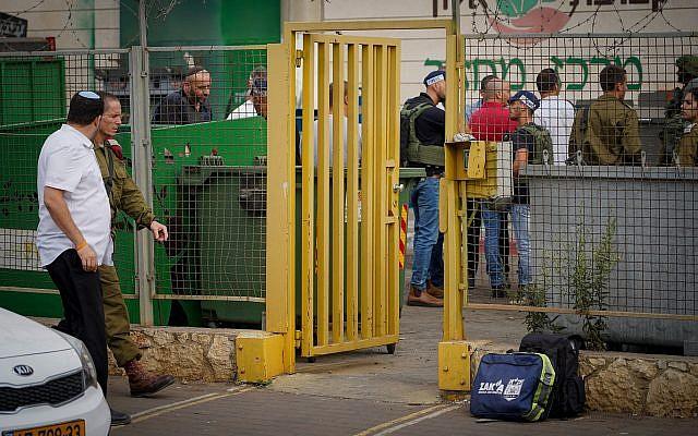 Les forces de sécurité israélienne sur les lieux d'un attentat à l'arme à feu dans la zone industrielle de Barkan, en Cisjordanie, le 7 octobre 2018 (Crédit : Flash90)