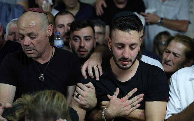La famille et des amis lors des funérailles de Kim Levengrond Yehezkel, 28 ans, dans sa ville natale de  Rosh Haayi, le 7 octobre 2018 (Crédit : Yonatan Sindel/FLASH90)