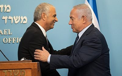 Le Premier ministre  Benjamin Netanyahu, à droite, et le ministre des Finances Moshe Kahlon lors d'une conférence de presse au bureau du Premier ministre de Jérusalem, le 8 octobre 2018 (Crédit : Hadas Parush/Flash90)