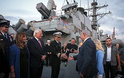 Le Premier ministre Benjamin Netanyahu, (troisième à droite), et l'ambassadeur américain David Friedman, (troisième à gauche), à bord du destroyer de missiles guidés USS Ross de la marine américaine, amarré dans le port d'Ashdod, le 11 octobre 2018. (Marc Israel Sellem/Pool/Flash90)
