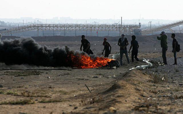 """Les manifestants palestiniens pendant la """"grande marche du retour"""" sur la frontière entre Gaza et Israël à Rafah, le 12 octobre 2018 (Crédit : Abed Rahim Khatib/Flash90)"""