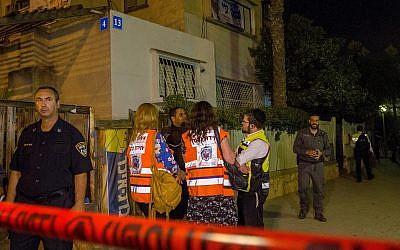Les forces de sécurité israéliennes et les services d'urgence sur le lieu d'un crime, où une femme a été tuée par son mari, à Netanya, le 14 octobre 2018. (Crédit : Flash90)