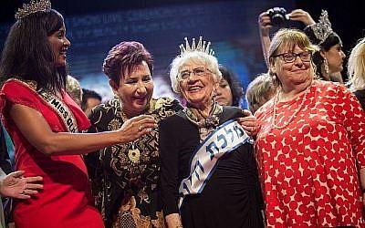 """Tova Ringer, une survivante de la Shoah âgée de 93 ans, remporte le concours de beauté """"Miss Survivante de la Shoah"""" dans la ville de Haïfa, au nord d'Israël, le 14 octobre 2018. (Hadas Parush/Flash90)"""