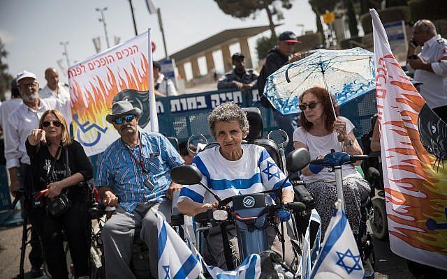 Des militants handicapés manifestent devant la Knesset à Jérusalem, le 12 septembre 2018 (Hadas Parush/Flash90)