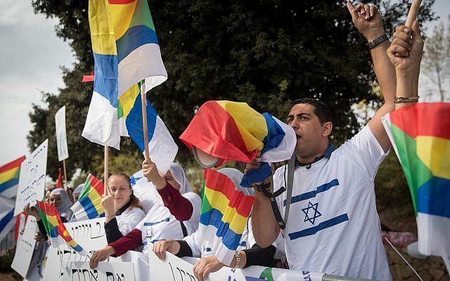 Militants et membres de la communauté druze manifestent contre la loi de l'État-nation devant la Knesset, le 15 octobre 2018. (Crédit : Yonatan Sindel/Flash90)
