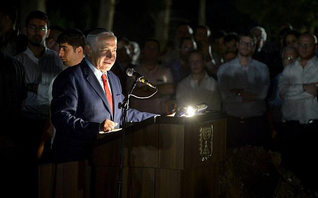 Benjamin Netanyahu prononce une oraison funèbre de Yaakov Weinroth à Netanya, le 16 octobre 2018. (Crédit : Flash 90)