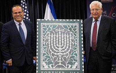 L'ambassadeur américain en Israël David Friedman et le ministre des communications Ayoub Kara lors de la cérémonie de lancement du nouveau timbre pour Hanoukka, marquant les 70 ans de relations diplomatiques entre les États-unis et Israël, le 16 octobre 2018.(Crédit:  Yonatan Sindel/FLash90)