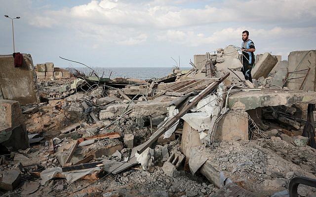 Un Palestinien marche sur des débris suite à une frappe de représailles de l'armée israélienne près de la ville de Rafah, au sud de la bande de Gaza,  le 17 octobre 2018 (Crédit : SAID KHATIB / AFP)