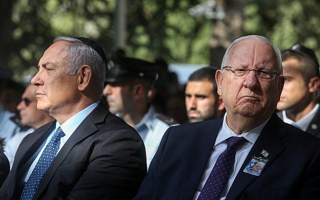 Le Président Reuven Rivlin (à droite) et le Premier ministre Benjamin Netanyahu, lors de la commémoration des 23 ans de l'assassinat du Premier ministre israélien Yitzhak Rabin, au cimetière du Mont Herzl à Jérusalem, le 21 octobre 2018. (Marc Israel Sellem/POOL)