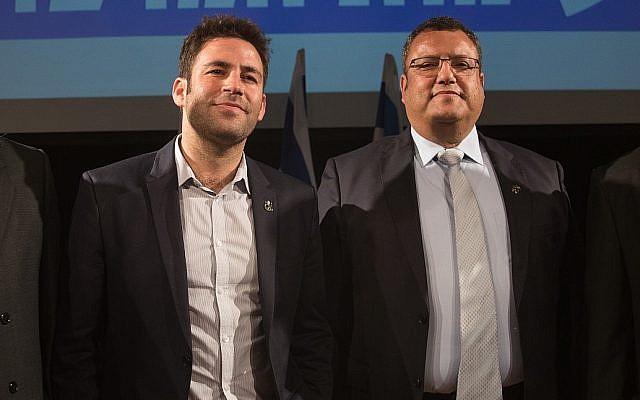 Les candidats à la mairie de Jérusalem, Ofer Berkovich (à gauche) et Moshe Lion, lors d'un débat le 21 octobre 2018 avant les élections municipales de Jérusalem du 30 octobre 2018. (Crédit : Yonatan Sindel / Flash90)