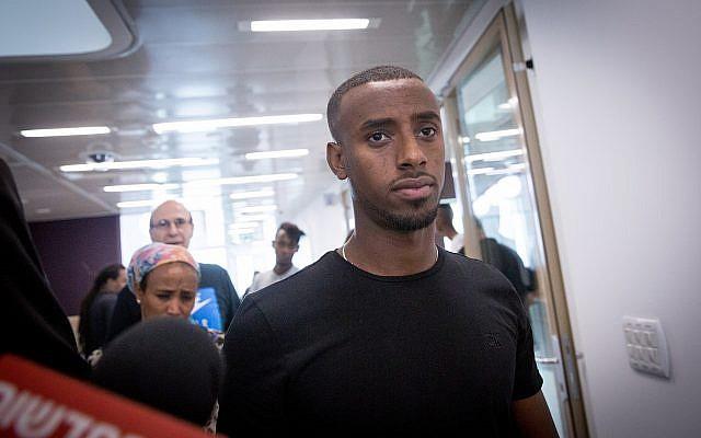 Le joueur de football de Premier league israélienne Itzhak Asefa, durant une audience à la cour de district de Tel Aviv, le 24 octobre 2018. (Crédit : Miriam Alster/Flash90)
