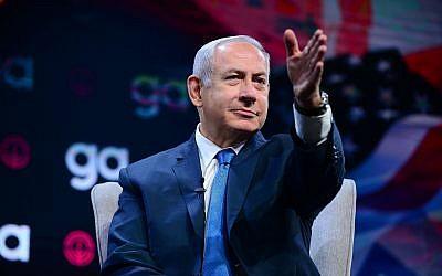 Le Premier ministre Benjamin Netanyahu à l'Assemblée générale annuelle de la JFNA à Tel Aviv, le 24 octobre 2018 (Crédit : Tomer Neuberg/Flash90)