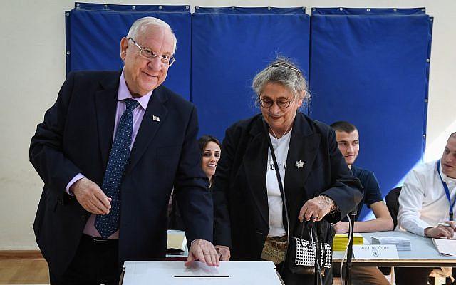Le président Reuven Rivlin et son épouse Nechama déposent leur bulletin dans l'urne dans un bureau de vote le matin des élections municipales du 30 octobre 2018 à Jérusalem. (Crédit : Mark Neyman/GPO)