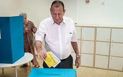 Le maire de Tel Aviv  Ron Huldaï met son bulletin dans l'urne, le 30 octobre 2018 (Crédit :  Tomer Neuberg/Flash90)