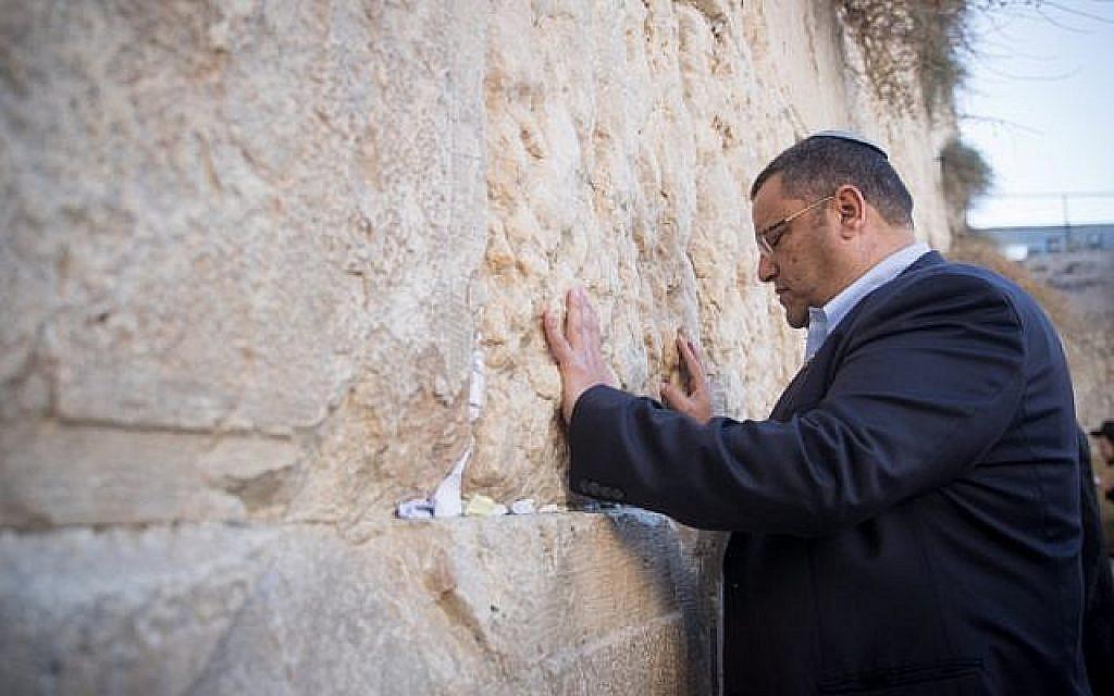 Le candidat à la mairie de Jérusalem Moshe Lion prie au mur Occidental, dans la Vieille Ville de Jérusalem, le matin des élections municipales, le 30 octobre 2018. (Photo: Yonatan Sindel/Flash90)