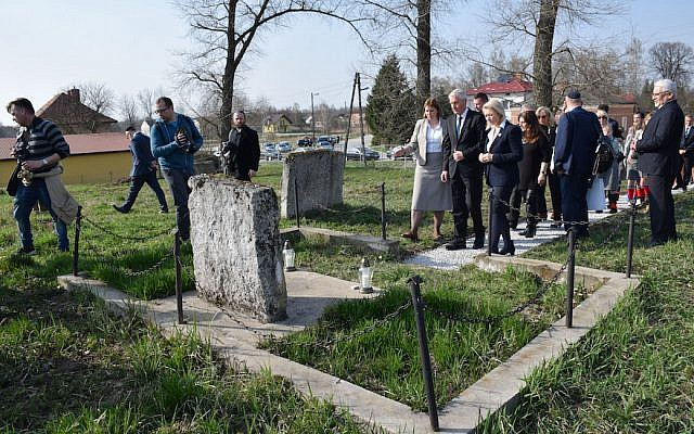 Une cérémonie à un cimetière juif de Frampol, en Pologne (Crédit :  ESJF via JTA)