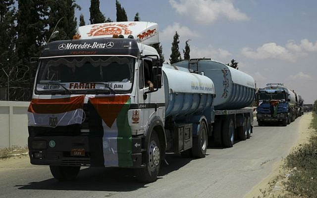 Des camions égyptiens transportant du fuel entrent dans la centrale électrique de Gaza, à Nusseirat, le 21 juin 2017 (Crédit : AP Photo/Adel Hana)