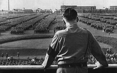 Adolf Hitler s'adresse aux soldats lors d'un rassemblement nazi à Dortmund, en Allemagne (Crédit : Hulton Archive/Getty Images via JTA)